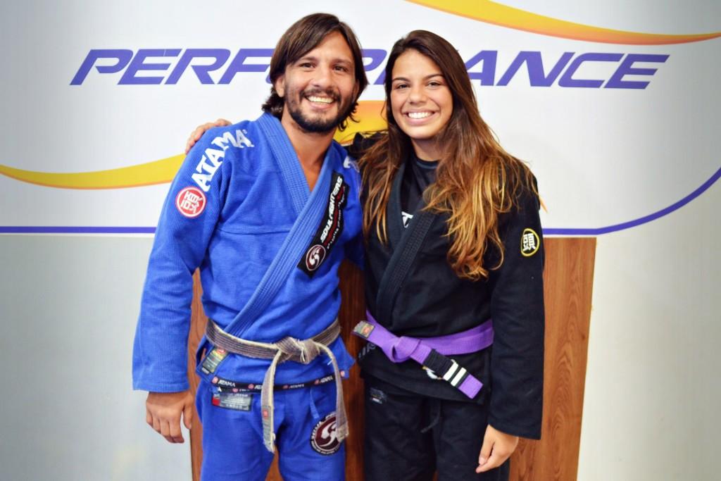 Julia e seu professor, Leandro 'Tatu' Escobar / Foto: Carolina Lopes - Bjj Girls Mag