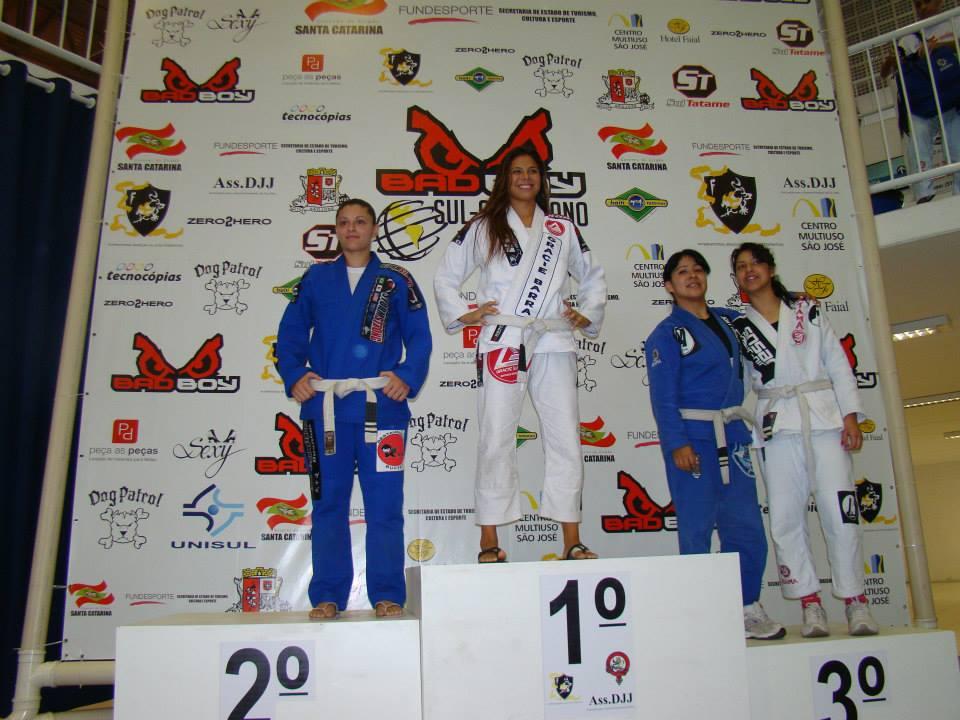 Monique em seu primeiro campeonato de faixa branca, com 5 meses de treino