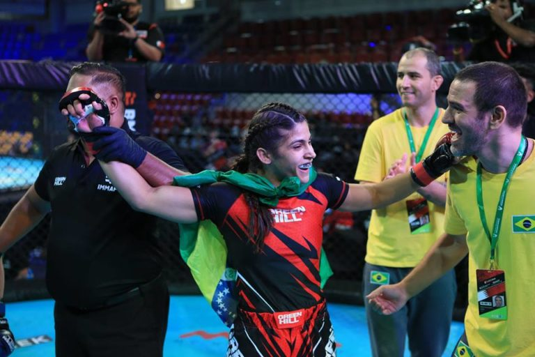 michele oliveira disputa a final do campeonato mundial de mma