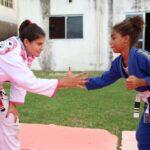 Fernanda treinando com aluna do projeto ALAMG, registro feito antes da pandemia (crédito - BJJ Pix)